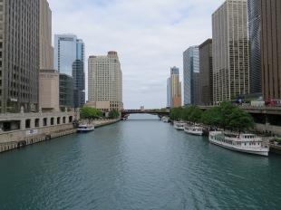 Uitzicht op de rivier vanaf de brug